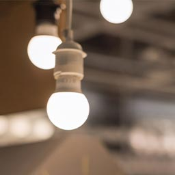 Composition luminaire, piles et lampes torche